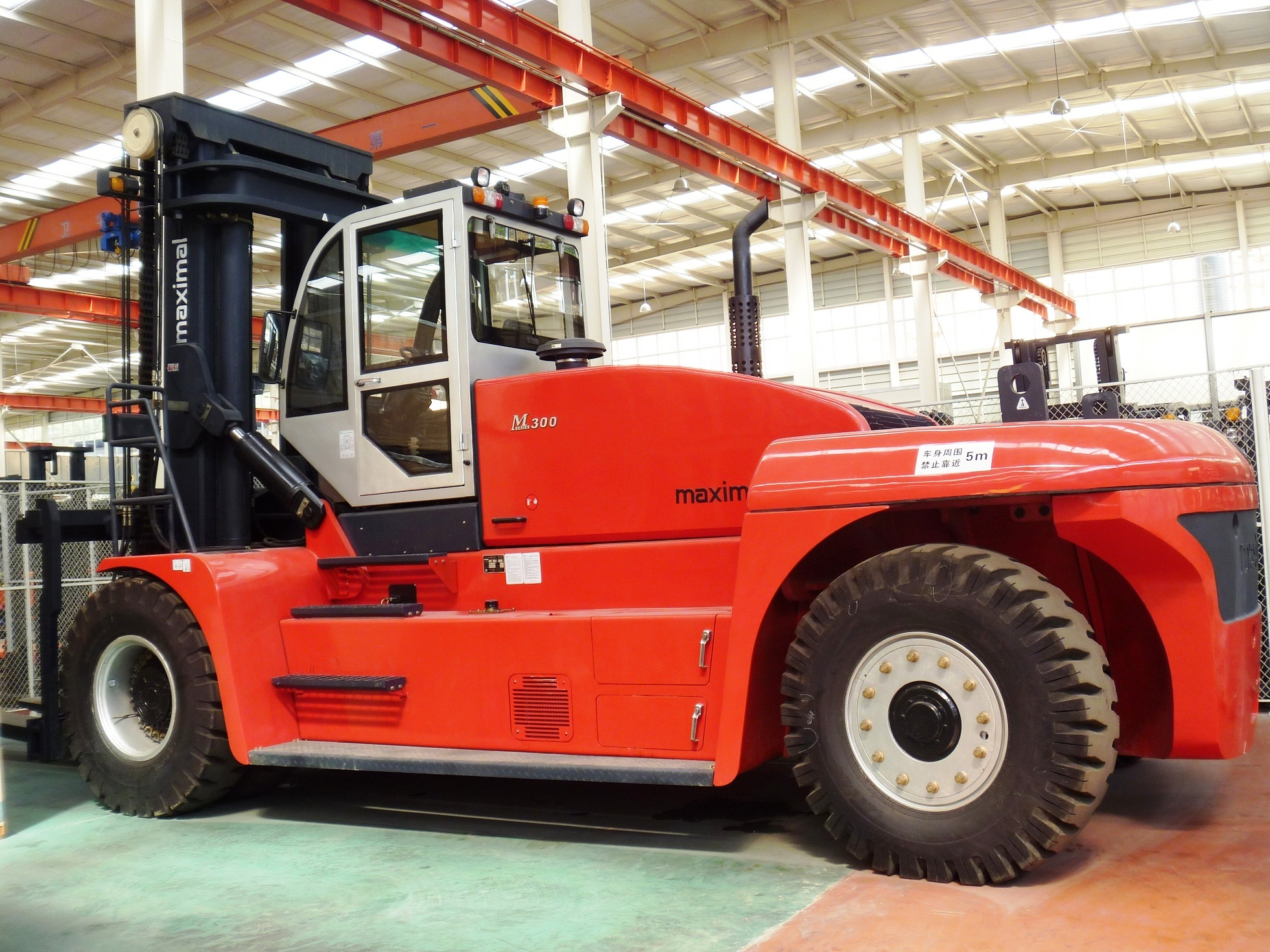 M series 14 ton to 32 ton diesel forklift - side
