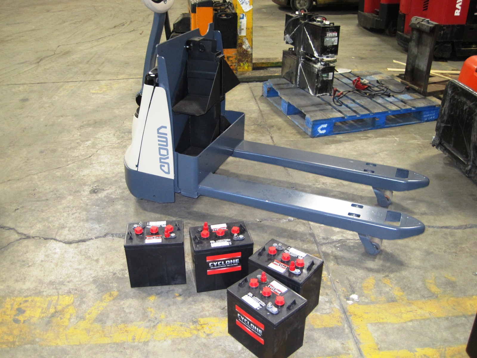 Electric pallet truck - Forks and batteries