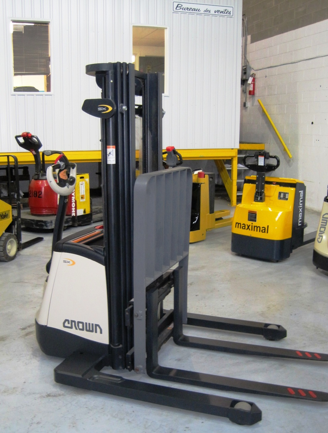 Stacker 3,000 lbs capacity - Side