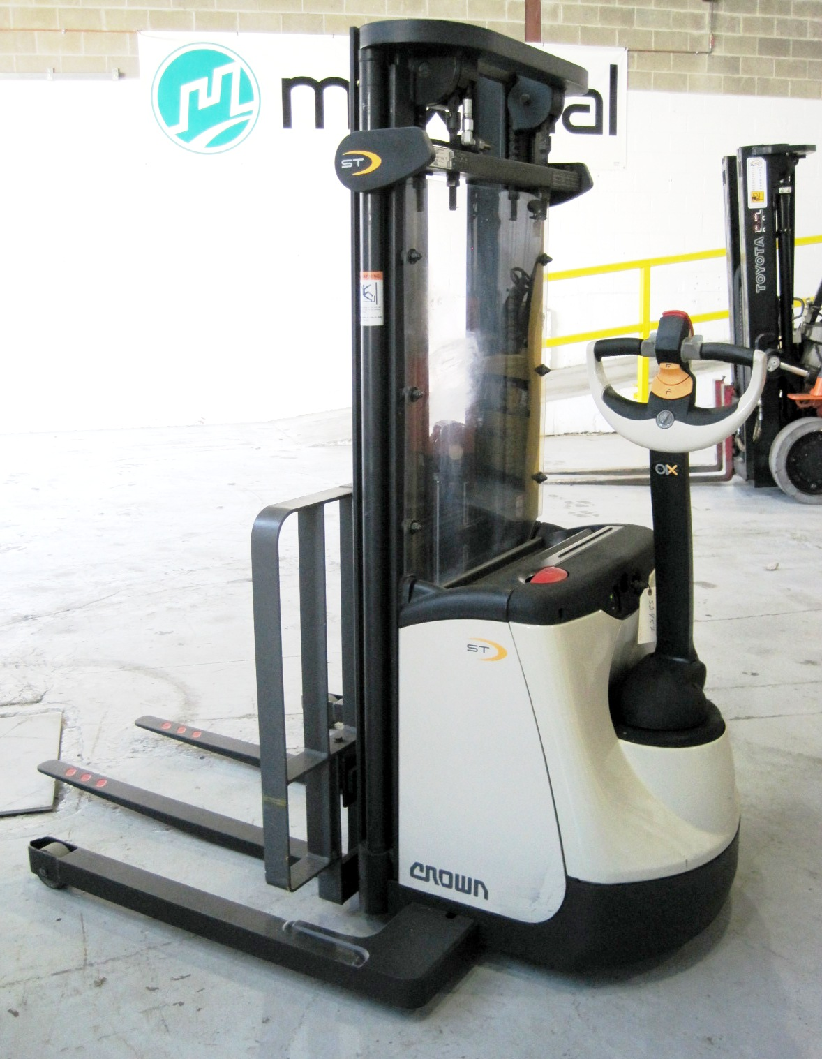 Stacker 2,000 lbs capacity - Side