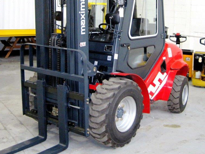 Maximal four-wheel drive forklift - Side/Front